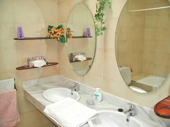 Die Badezimmer Verfügen über Badewanne Und Dusche ...